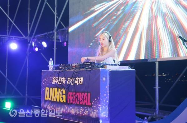 DJ 예나가 일렉하우스를 기반으로 한 디제잉을 선보이고 있다.