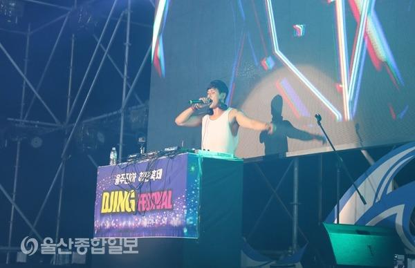 '빠세'로 유명한 DJ 한민이 디제잉을 펼치고 있다.