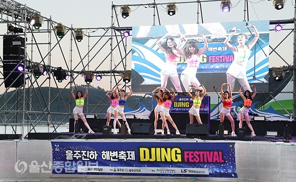 본 무대에 앞서 댄스 그룹 '샤우'의 오프닝 공연이 진행됐다.