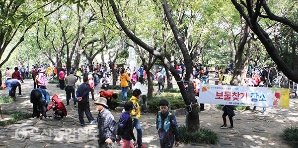 행사에 참가한 시민들이 보물찾기 장소에서 보물을 찾고 있다.