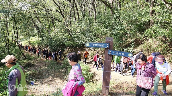 제7회 학성역사체험 탐방로걷기행사 참가자들이 학성 계변성 코스를 지나고 있다.