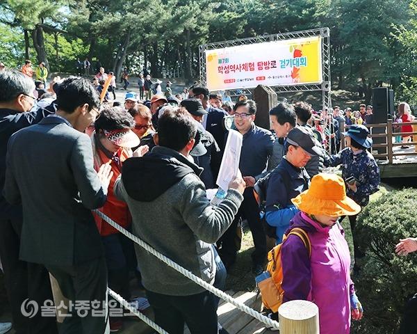 박태완 중구청장과 홍성조 울산종합일보 대표이사가 참가자들을 격려하고 있다.