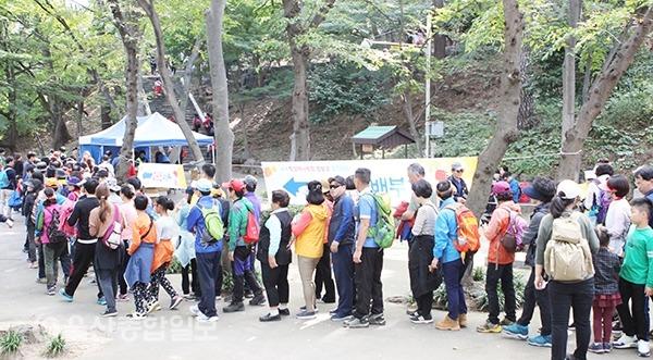 학성걷기대회에 참가한 시민들이 간식 배부 및 행운권 배부를 받고 있다.