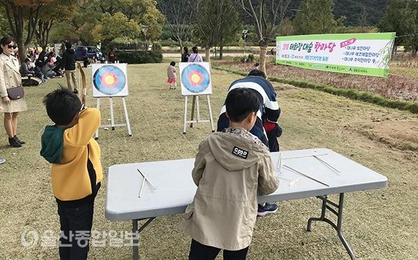 이번 행사에서 시민들이 대나무 추억 한마당에 마련된 대나무 활쏘기 체험을 해보고 있다.