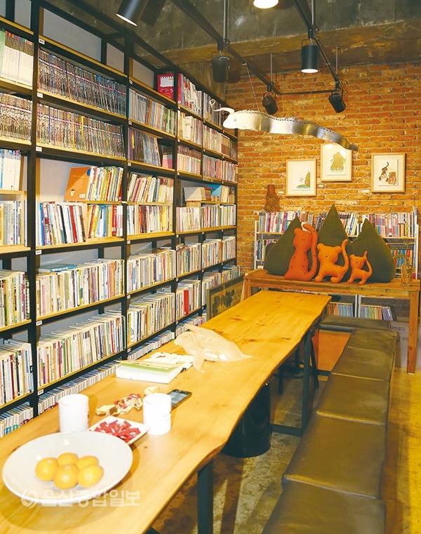 ▲나비문고 안에는 차 한잔과 함께 책을 접할 수 있는 공간이 있다.