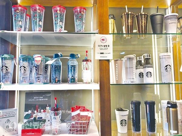 ▲텀블러와 머그잔 등 일회용컵 대체 상품 판매량이 1년 전에 비해 53% 증가했다고 밝혔다.