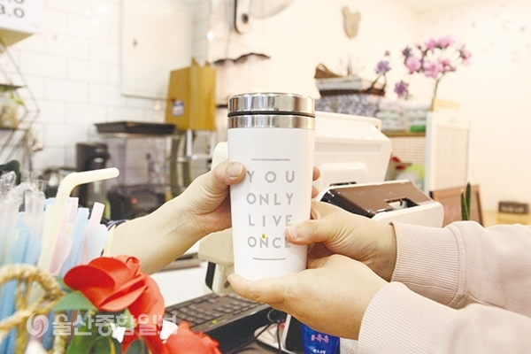 ▲커피전문점 내 일회용품 컵 판매가 금지되면서 텀블러를 사용하는 사람들이 많아졌다.