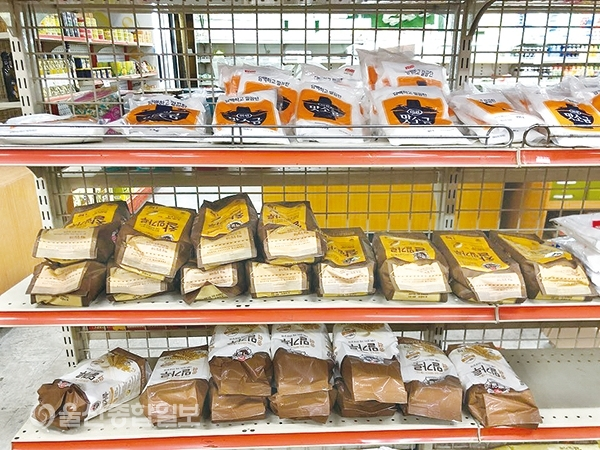 ▲마트에 진열된 대부분의 제품 모두 비닐로 포장된 상태로 판매하고 있다.